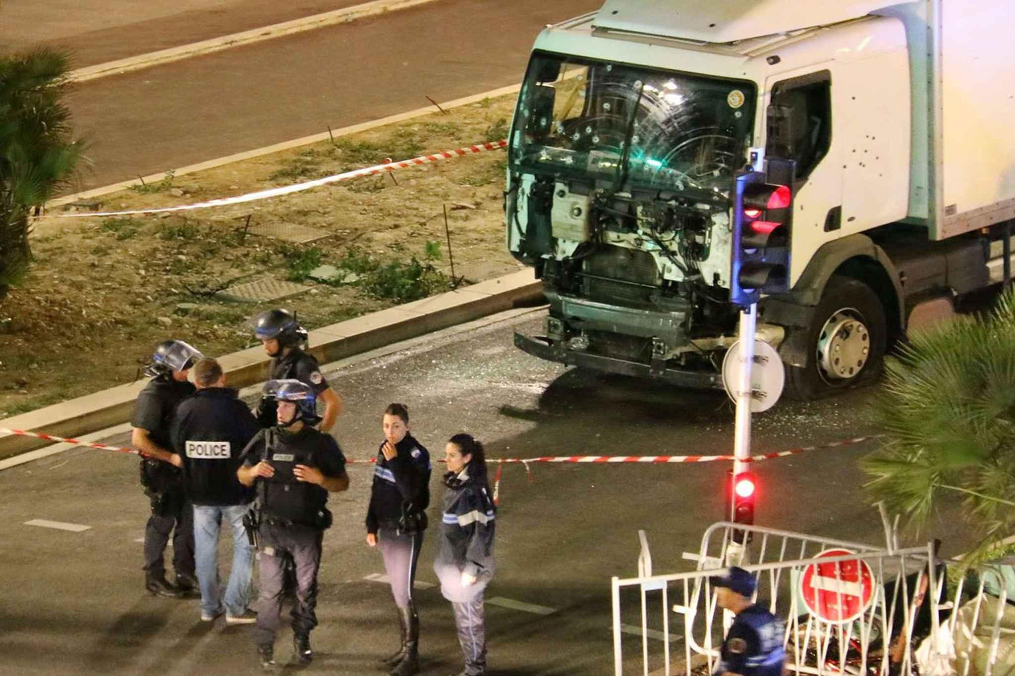 2048x1536-fit_la-police-devant-le-camion-qui-a-fonce-deliberement-dans-la-foule-a-nice-le-14-juillet-2016-sasha